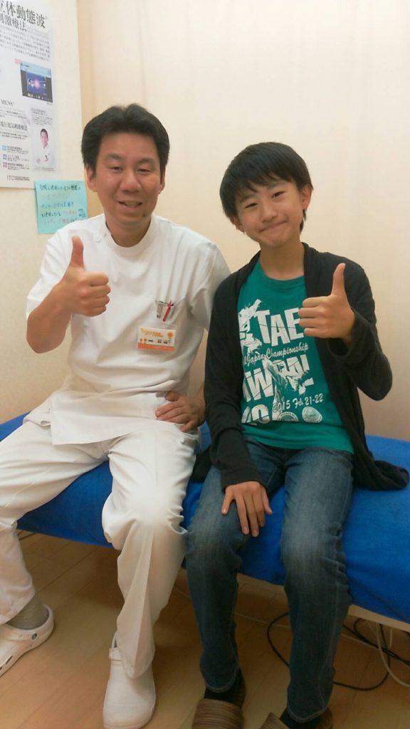 腰痛を治した男の子の写真